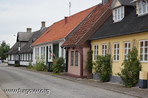 un pueblo que est en la zona ms al sur de suecia y es lugar de veraneo casitas de colores playas inmensasu lo malo es que no acompaa el tiempo